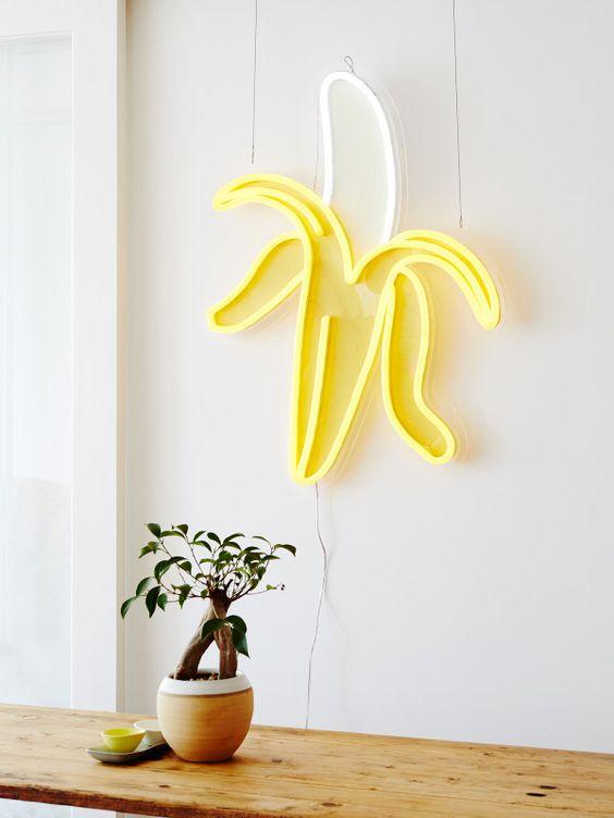 lichtreclame in banaanvorm