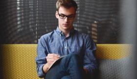 startend ondernemer zit te brainstormen over handige bedrijftips