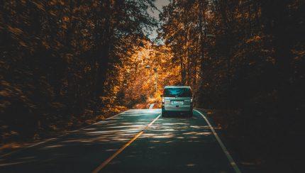 een bestelauto op de weg die goed is verzekerd