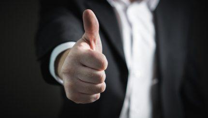 duim omhoog van een medewerker op de beurs