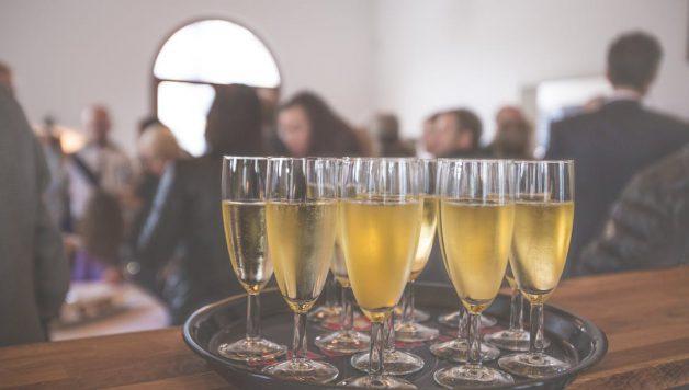 vier een nieuw bedrijfspand met champagne